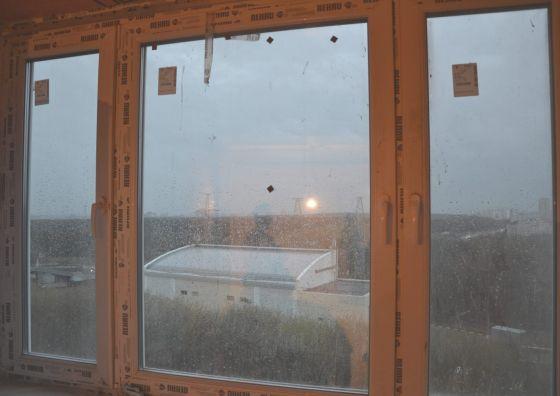 Монтаж окна на основе пластикового профиля REHAU