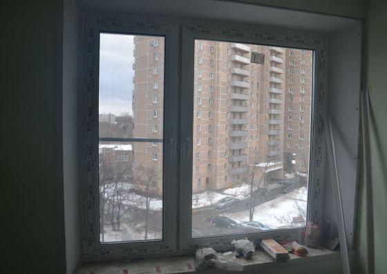 Установка пластикового окна в комнате