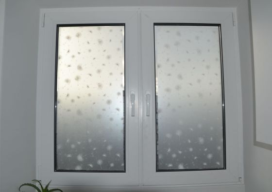 Монтаж окна и установка жалюзи