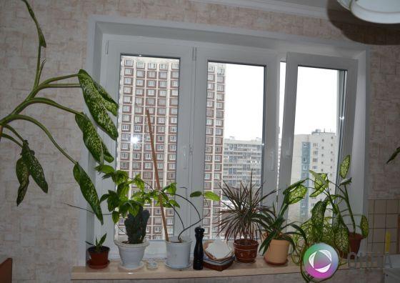 Установка трехстворчатого окна на кухне