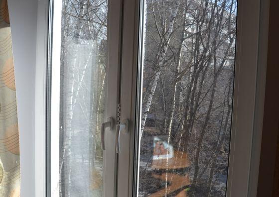 Установка двустворчатого пластикового окна в спальне